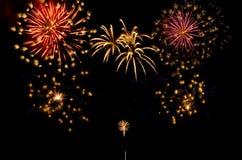 Eine lange Belichtung eines explodierenden Feuerwerks Stockbilder