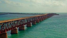 Eine lange Gebrauchsrohrlinie Brücke auf einem Ozean bei Sonnenaufgang stock video