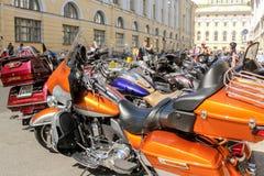 Eine lange Reihe von Fahrrädern Stockfoto