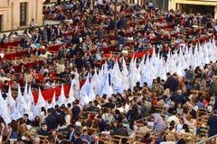 Eine lange Schlange von Nazaräern während einer Ostern-Prozession Stockbild