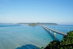 Eine lange und schöne Brücke in Shimonoseki, Präfektur Yamaguchi, Japan Stockfotos