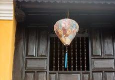 Eine Laterne, die am alten Haus hängt Lizenzfreies Stockfoto