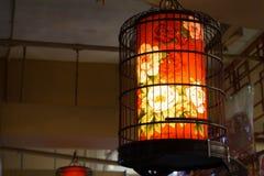 Eine Laterne legte in einen Vogelkäfig in einem Geschäft stockfoto