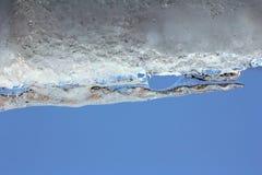 Eine Lawine schiebt unten von einem Hausdach stockfotografie
