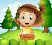 Eine lächelnde junge Frau, die einen Korb von Erdbeeren hält Stockfotos