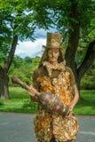 Eine lebende Skulptur Der Schauspieler arbeitet im Park stockfoto