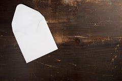 Eine leere leere Karte schlagen auf einem Holztischhintergrund ein Lizenzfreies Stockbild