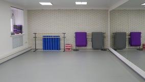 Eine leere moderne Halle für Tanzklassen oder Eignungsstudio stockfotografie