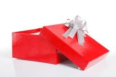Eine leere rote Geschenkbox mit dem Deckel weg Stockbild