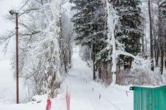 Eine leere Skisteigung vorbereitet für das Ski fahren stockfoto