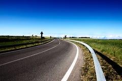 Eine leere Straße in den Kampagnen mit einem blauen Himmel Lizenzfreies Stockbild
