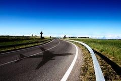 Eine leere Straße in den Kampagnen mit einem blauen Himmel, flacher Schatten Lizenzfreies Stockfoto