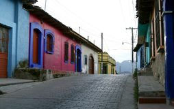 Eine leere Straße mit typischen mexikanischen Häusern Lizenzfreies Stockfoto