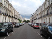 Eine leere Straße in London-Stadt mit den Autos geparkt Lizenzfreie Stockfotografie
