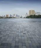 Eine leere Szene eines Steinfliesenbodens und der Bangkok-Stadt lizenzfreie stockfotos