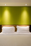 Eine leere Wand über einem Bett Lizenzfreie Stockfotos