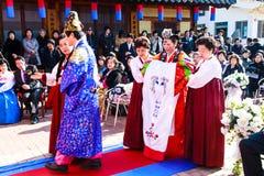 Eine Leistung der traditionellen koreanischen Hochzeit. lizenzfreies stockbild