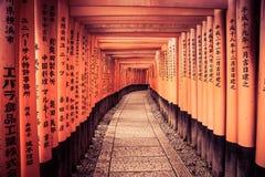 Eine Leitlinie durch Kyoto-Tore Stockbilder