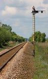 Eine Linie der eingleisigen Eisenbahn mit Semaphor-Signal Lizenzfreies Stockfoto