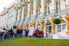 Eine Linie von den Touristen, die zum Museum Catherine Palace in Tsarskoye Selo kommen möchten Lizenzfreies Stockfoto