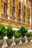 Eine Linie von Fenstern und von Bäumen im thailändischen Tempel Lizenzfreie Stockbilder