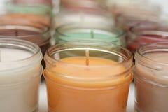 Eine Linie von Kerzen stockbild