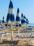 Eine Linie von Strandschirmen lizenzfreie stockfotos