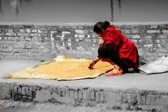 Eine lokale Frau von Bhaktapur, Nepal lizenzfreie stockfotos