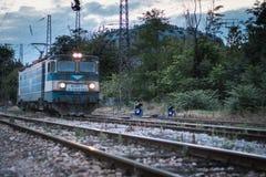 Eine Lokomotive vorangegangen zur Garage stockfotografie