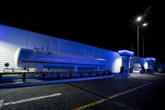 Eine LPG-Station in den blauen Nachtfarben lizenzfreies stockbild