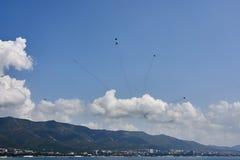 Eine Luftfahrtgruppe von sechs Flugzeugen MiG-29 zeigen eine Zahl von Feuerwerken gegen den Hintergrund von Gelendzhik-Bucht stockbild