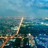 Eine Luftnachtansicht zeigt Stadtbereich Stockfoto