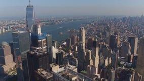 Eine Luftvogelaugenperspektive auf NYC New York City, berühmte moderne Manhattan-Wolkenkratzer und Türme auf einem Fluss stock footage