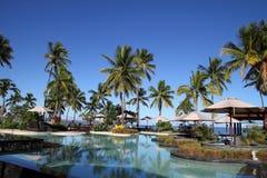 Eine Luxuxfijianrücksortierung mit Kokosnussbäumen Stockbild