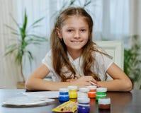 Eine Mädchenmalerei mit Acrylfarbe Lizenzfreies Stockbild