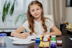 Eine Mädchenmalerei mit Acrylfarbe Stockfotos