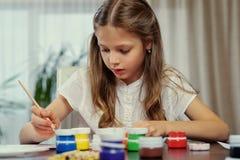 Eine Mädchenmalerei mit Acrylfarbe Lizenzfreie Stockfotos