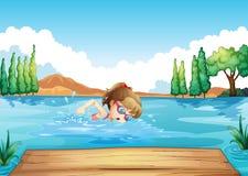 Eine Mädchenschwimmen in dem Meer Lizenzfreie Stockfotos