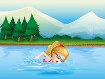 Eine Mädchenschwimmen nahe den Kiefern Stockbild