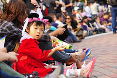 Eine Mädchenwartezeit Disney-Parade Stockbild