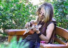 Eine männliche Hippie playng Gitarre stockfotos