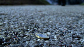 eine Münze aus den Grund stock video