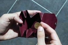 Eine Münze im kleinen Geldbeutel Konzept - Armut, Ausgaben, Stockbilder