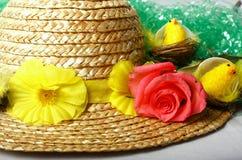 Eine Mütze eine Rose u. einige Küken Lizenzfreie Stockfotografie
