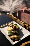 Eine Mahlzeit von Austern mit Zitrone und Soße Platte mit Mittelmeermeeresfrüchtetellerschwarz-Oberteilmiesmuscheln mit Kräutern stockfoto