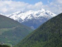 Eine majestätische Bergspitze, die über wenige Spitzen steigt lizenzfreie stockfotos