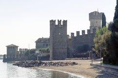 Eine malerische Ansicht der alten Steinfestung nannte Scaligero-Schloss lizenzfreie stockbilder