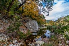 Eine malerische Szene mit schönem Herbstlaub auf einem ruhigen plappernden Bach an verlorenem Ahorn-Nationalpark in Texas. lizenzfreie stockfotos