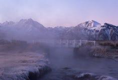 Eine malerische weiße Brücke ist versteckter morgens Nebel des Sonnenaufgangs Kalifornien lizenzfreie stockfotos