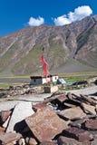 Eine Mani-Wand und eine Gebetsflagge nahe Rangdum, Zanskar, Ladakh, Indien Lizenzfreie Stockbilder